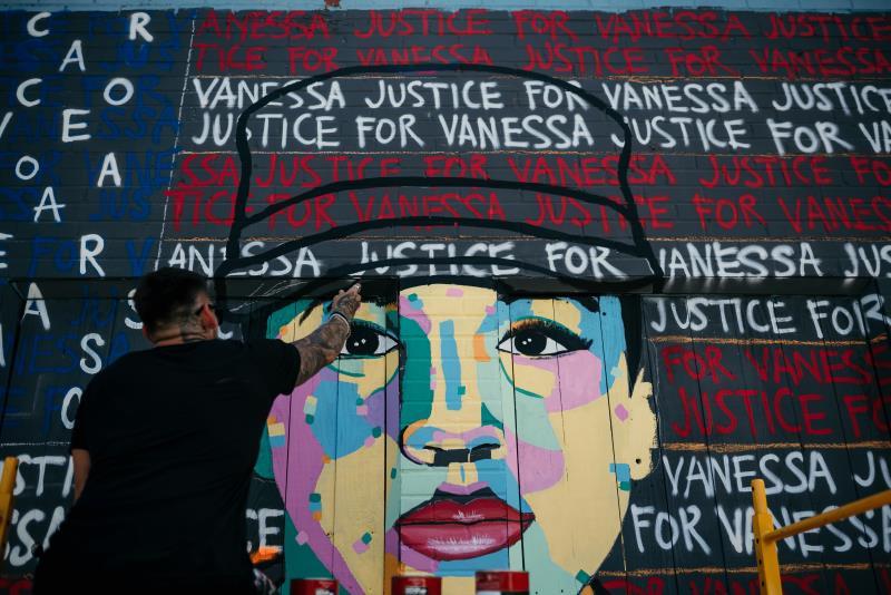 Artistas pintan murales en Houston para honrar la vida de Vanessa Guillén