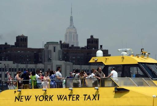 bote de turismo navega por el East River