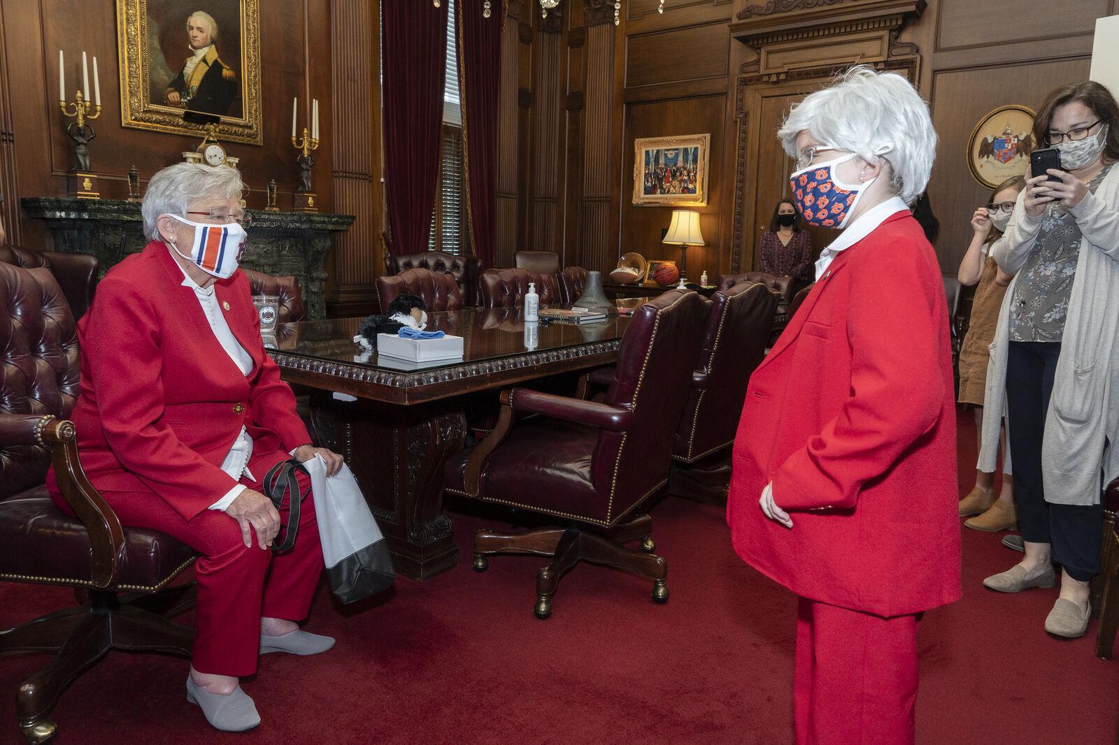 La niña que hizo el disfraz de Halloween de Ivey conoce a la gobernadora
