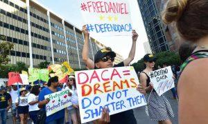 Un juez federal ordena al Gobierno Trump restaurar DACA en su totalidad