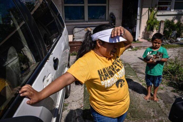 Inmigrantes colocan una valla publicitaria para exigir estímulos económicos