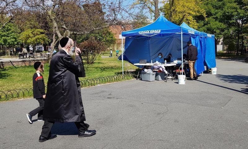 Nueva York amenaza con cerrar una sinagoga tras un funeral multitudinario