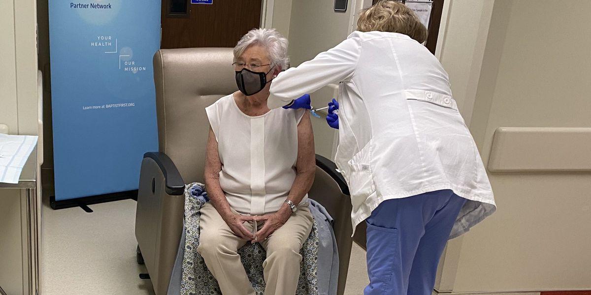 Gobernadora Kay Ivey y líderes de la salud, reciben segunda vacuna COVID-19