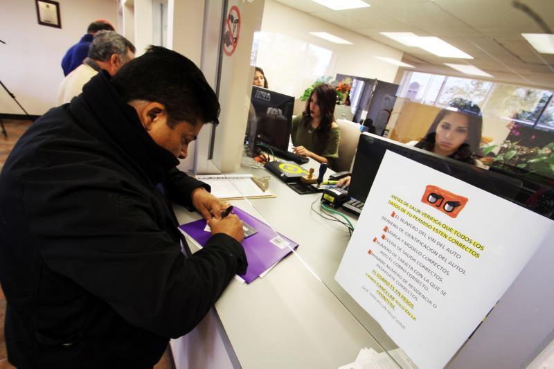 """Despedidos por consulados de México quedan """"abandonados y aislados"""" en EE.UU."""
