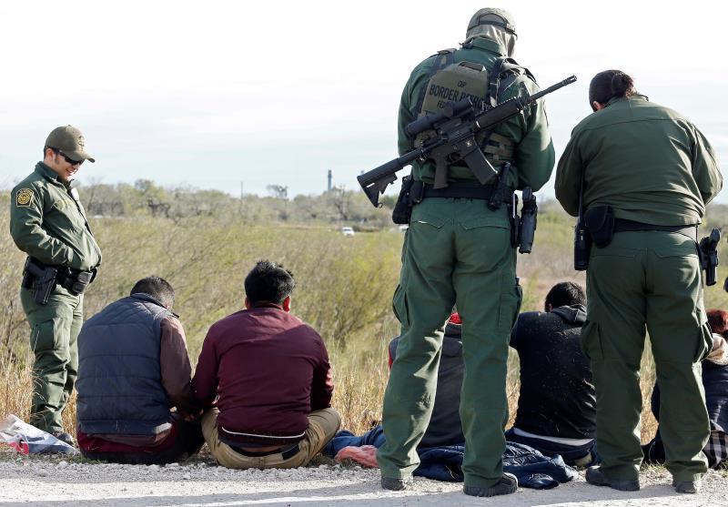 Detienen a un centenar de indocumentados en dos casas en la frontera de Texas