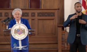 La gobernadora Kay Ivey, extiende la orden de mascarillas en Alabama hasta el 5 de marzo