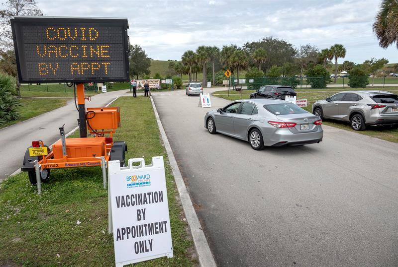 personas hacen fila para vacunarse en Florida