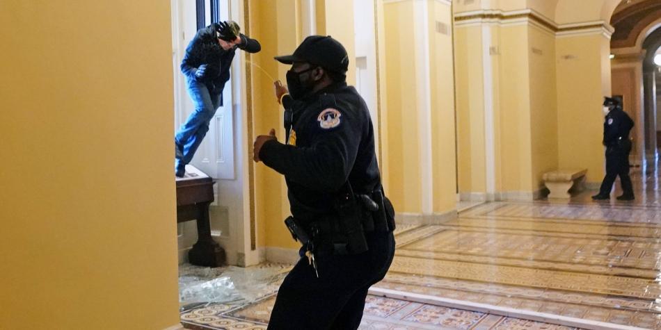 Varios policías del Capitolio de EE.UU., suspendidos mientras se investiga el asalto