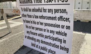 Señales cerca del Capitolio de Alabama que recuerdan la ley estatal que prohíbe las armas de fuego en las manifestaciones