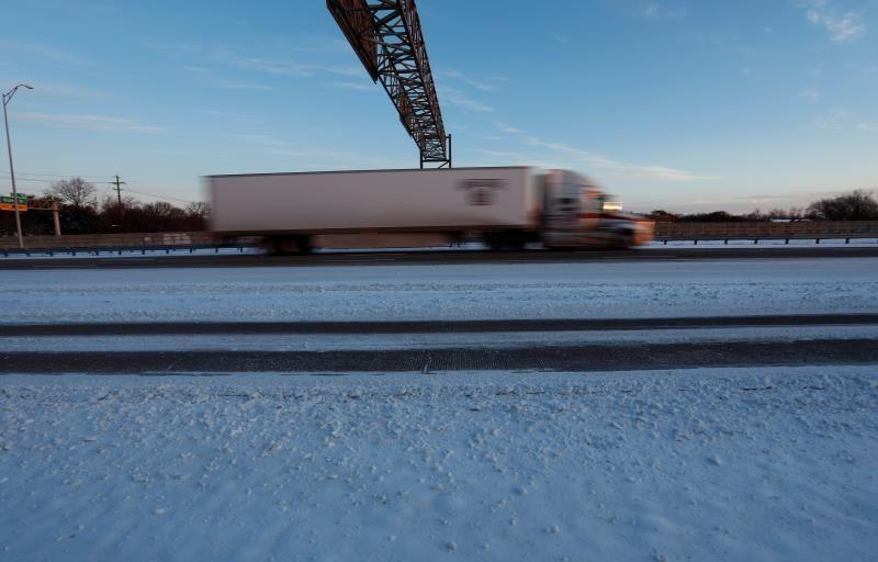 El 73 % de EEUU está bajo la nieve por tormenta que deja al menos 14 muertos