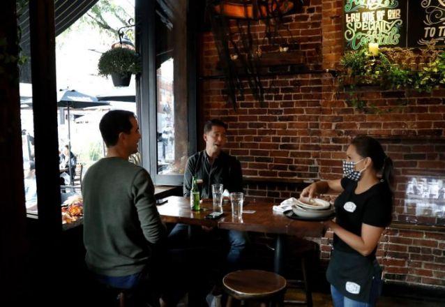 Restaurantes de Nueva York vuelven a recibir clientes en espacios interiores