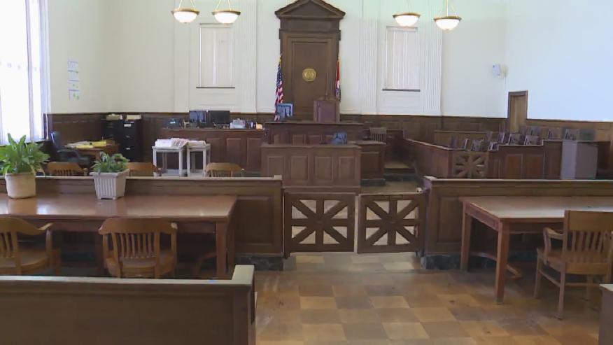 2 empleados de prision de Alabama acusados de agresion a presos