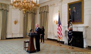 Biden utiliza leyes de guerra para acelerar la distribución de las vacunas