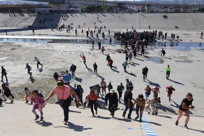 gente trata de cruzar por Tijuana