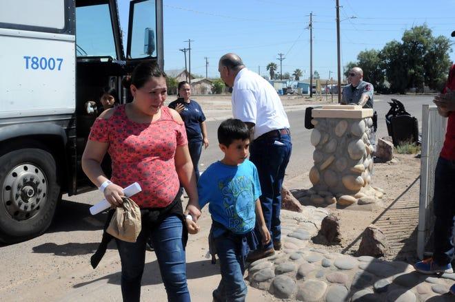 mujer e hijo llegan a refugio en Arizona