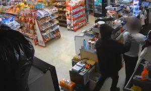 Sospechoso de robo en Birmingham detiene al empleado de una tienda a punta de pistola y luego se produce una pelea