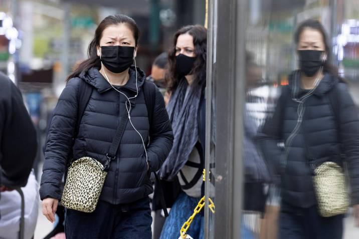 EEUU dice que vacunados pueden andar sin mascarilla