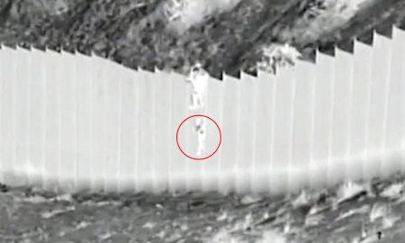 Un coyote lanza a dos ninas desde muro fronterizo