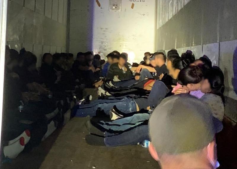detienen a 63 indocumentados
