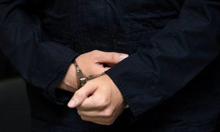 manos esposadas de un hombre