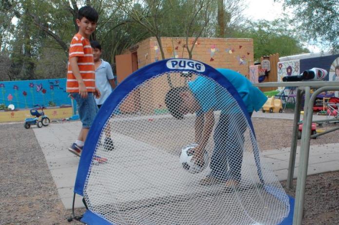 menores jugando en albergue