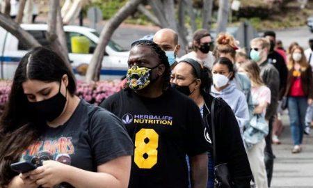 personas hacen fila para vacunacion