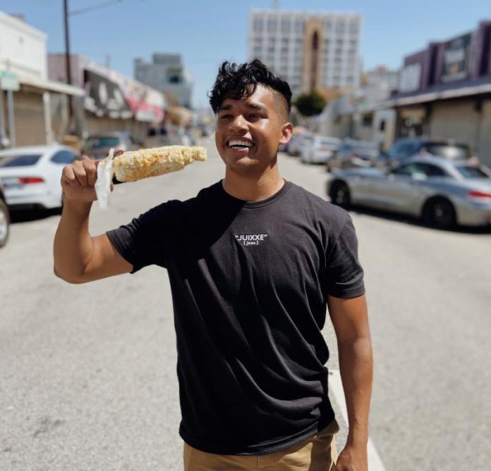Latino dona 90.000 dólares a comerciantes gracias a sus seguidores en TikTok