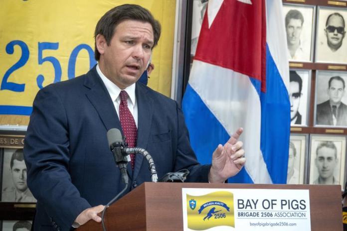 Gobernador de Florida firma ley que prohíbe echar de las redes a candidatos