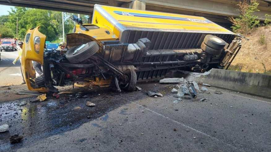Camión de 18 ruedas volcado provoca cierres en Adamsville
