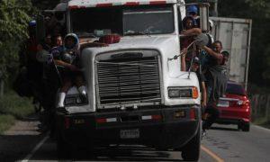 Conductor de camión donde iban decenas de migrantes encara cargos federales