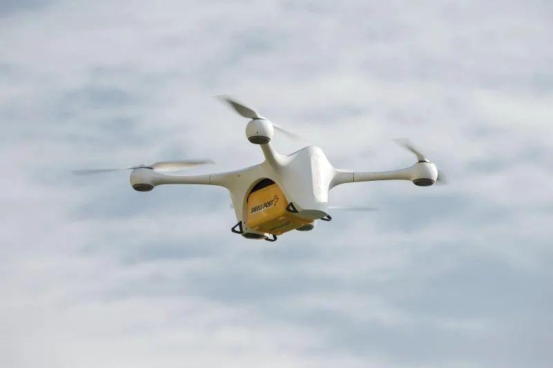 Dron capta migrantes que huyen a pie de la Patrulla Fronteriza en Texas