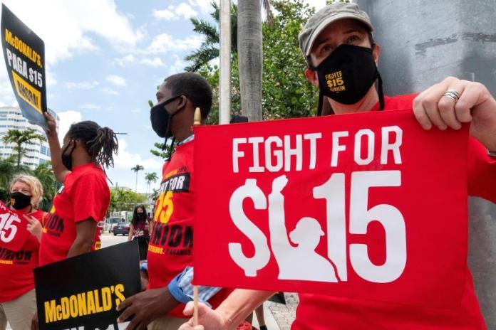 Empleados de McDonald's van a huelga en reclamo de sueldo de 15 dólares
