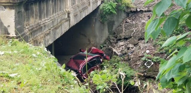 Mujer encontrada atrapada dentro de un auto debajo del puente de Birmingham