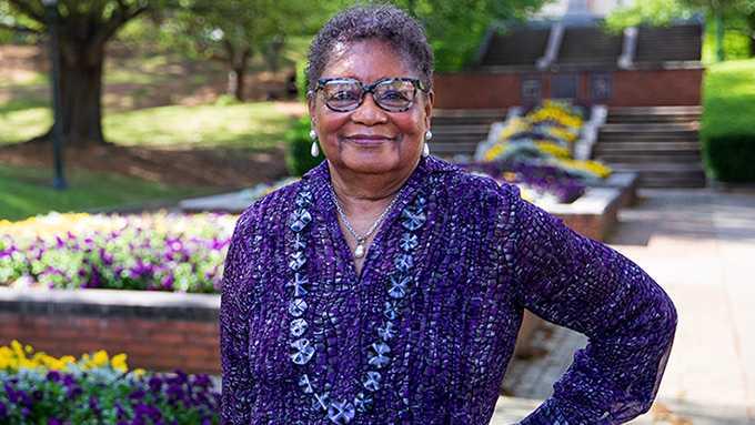 Mujer de Birmingham de 78 años, graduada de la Universidad de Samford
