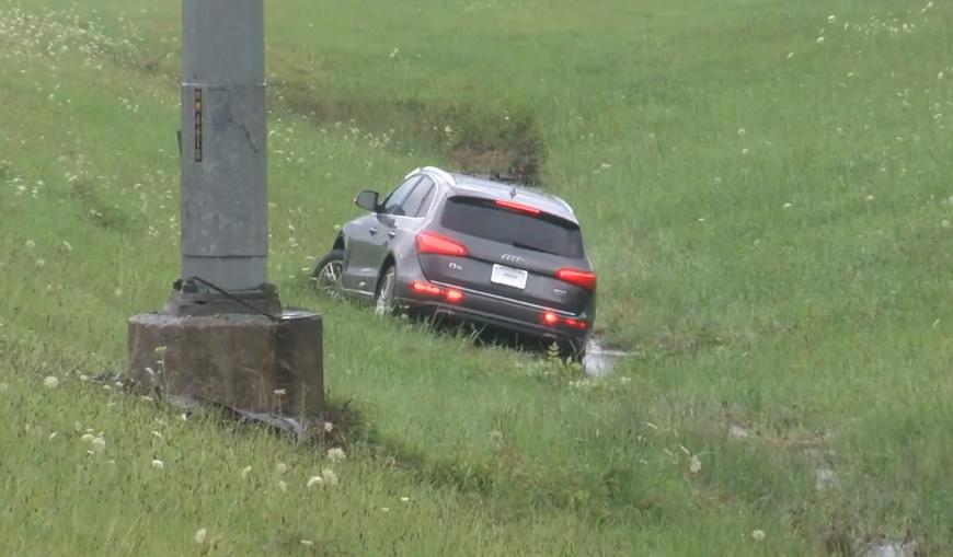 SUV se desliza hacia una zanja en la I-459N