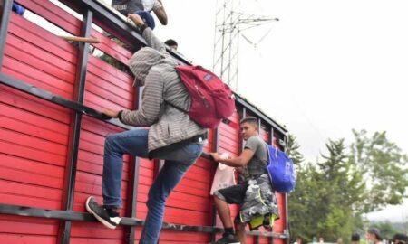 Hallan a 25 migrantes escondidos en vagón de transporte de grano en Texas