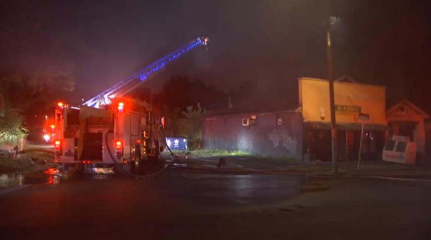 Incendio en una tienda de comestibles y una casa en Birmingham