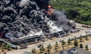 Evacuan a cientos de personas tras explosión en planta industrial de Illinois