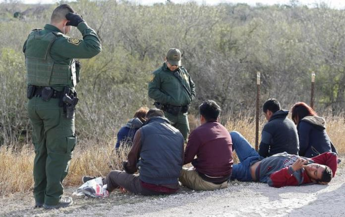 """Activistas tachan de """"macabro"""" el plan de Texas de detener a indocumentados"""