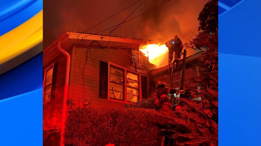 Incendio de una casa en Tuscaloosa durante la noche