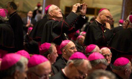 Obispos católicos de EEUU redactarán documento sobre comunión, aborto y Biden