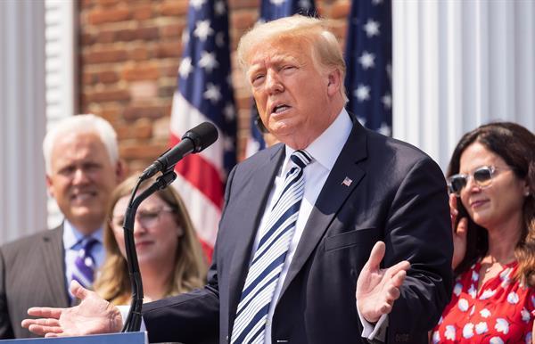 Trump inicia una cruzada legal contra las redes sociales que lo vetaron