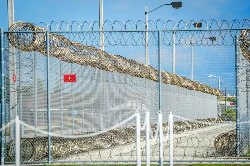 Denuncian uso inadecuado de pesticidas en centro de detención de inmigrantes