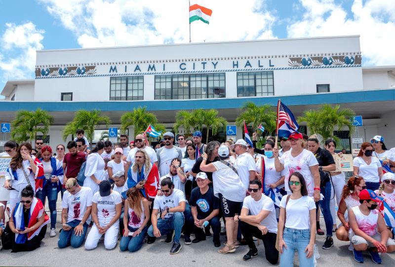 Hartos de esperar acción, los cubanos de Miami arremeten contra políticos