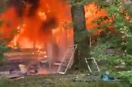 Equipos de rescate de incendios de Tuscaloosa lucharon contra grandes llamas en el incendio de una estructura