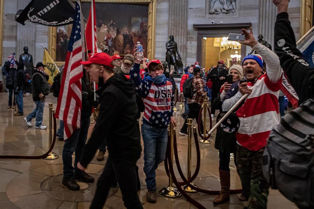 Un juez de EEUU dicta la primera condena de prisión por asalto al Capitolio