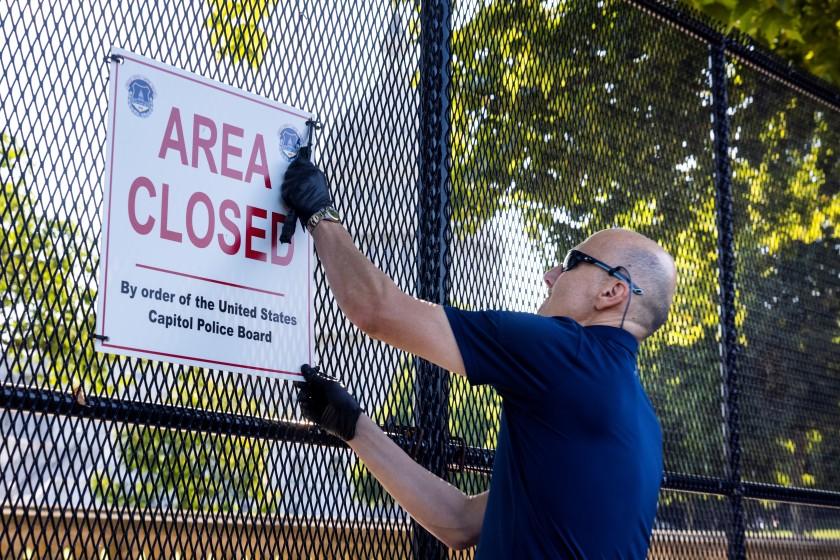 Comienzan a retirar valla del Capitolio de EEUU seis meses después del asalto