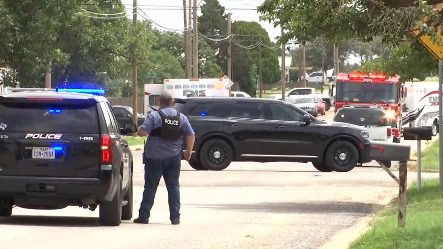 4 agentes baleados, un sospechoso muerto y 1 atrincherado en Levelland; SWAT en la escena