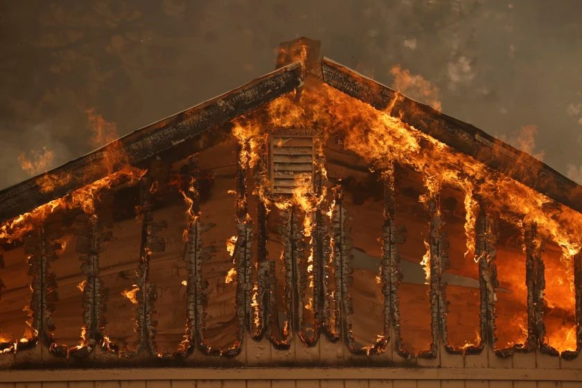 Un nuevo incendio en California arrasa un pueblo entero