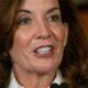 Nueva gobernadora de Nueva York incluye 12.000 muertos más por covid-19